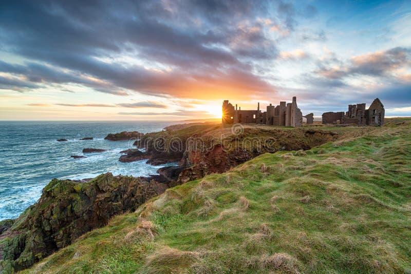 Coucher du soleil au château de Slains photographie stock