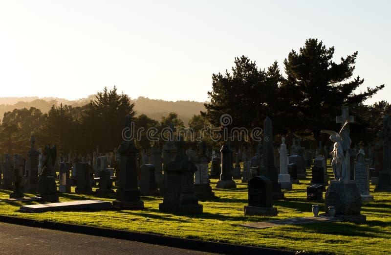 Coucher du soleil au cimetière photos libres de droits