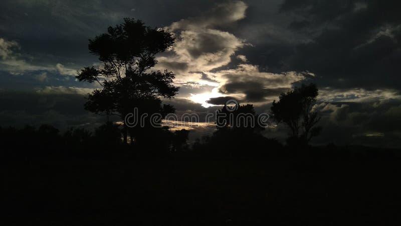 Coucher du soleil au climat de nuages photographie stock