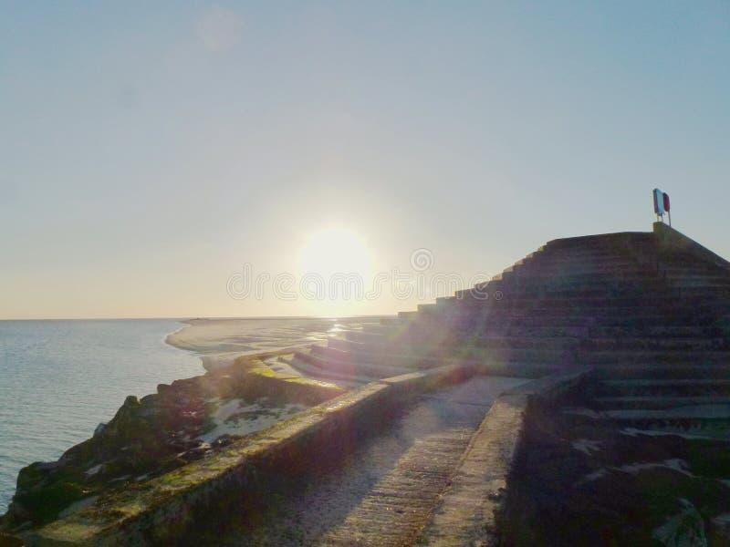 Coucher du soleil au-dessus du brise-lames images libres de droits