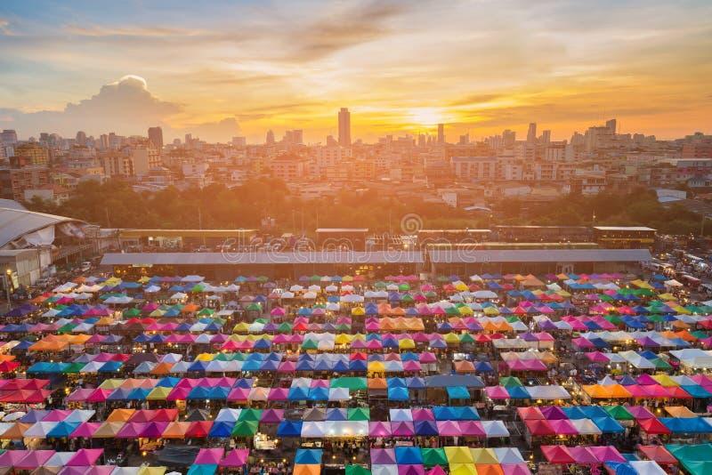 Coucher du soleil au-dessus du centre ville d'affaires de ville de Bangkok et de couleur de multiple de marché aux puces image libre de droits