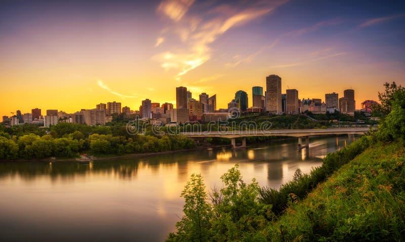 Coucher du soleil au-dessus du centre ville d'Edmonton et de la rivière de Saskatchewan, Canada photo stock