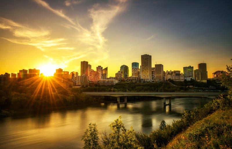 Coucher du soleil au-dessus du centre ville d'Edmonton et de la rivière de Saskatchewan, Canada image stock