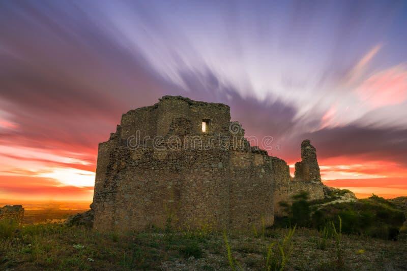 Coucher du soleil au-dessus du château photographie stock libre de droits