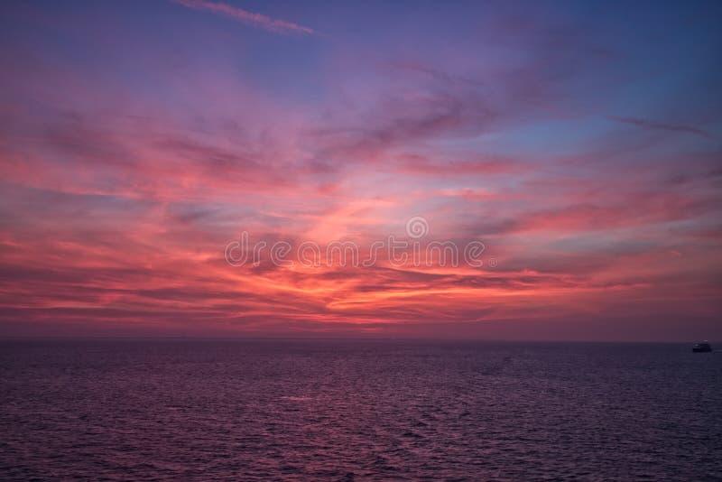 Coucher du soleil au-dessus du détroit du Malacca photo stock