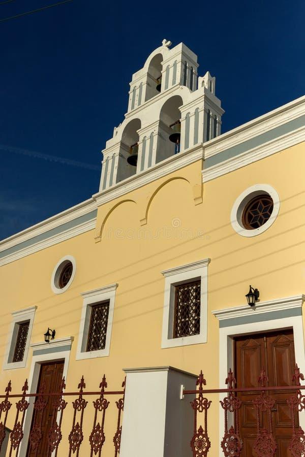 Coucher du soleil au-dessus d'église jaune, Fira, île de Santorini, Thira, Grèce photo libre de droits