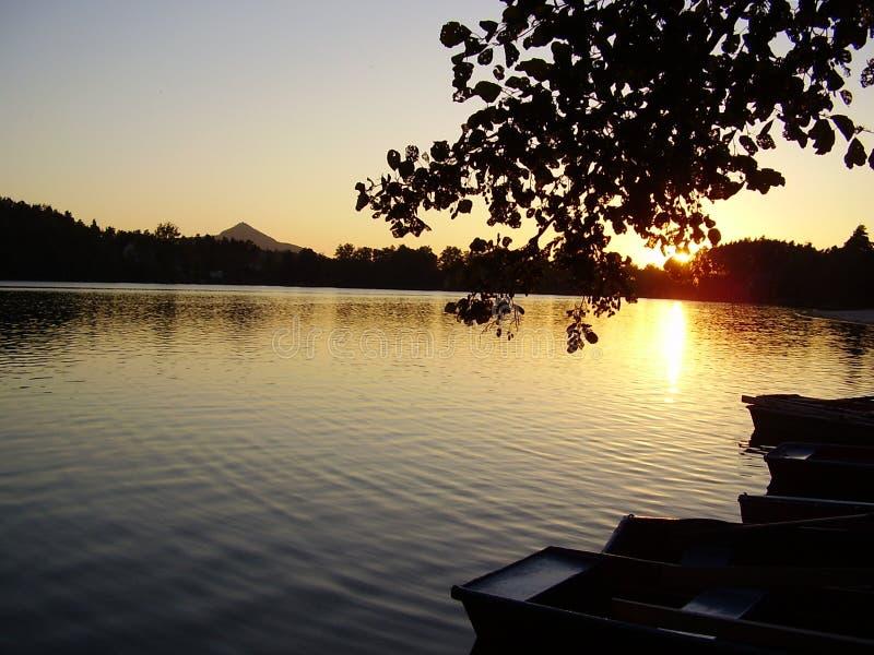 Coucher du soleil au-dessus d'étang image stock