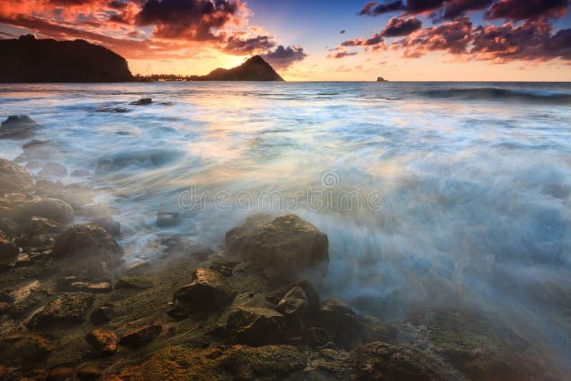 Coucher du soleil au-dessus d'île de pigeon, Sainte-Lucie du nord image stock