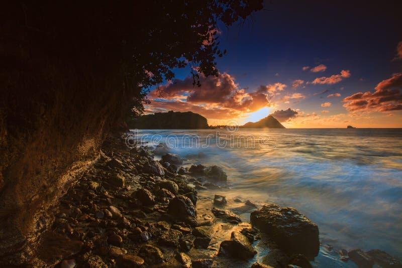 Coucher du soleil au-dessus d'île de pigeon, Sainte-Lucie du nord image libre de droits