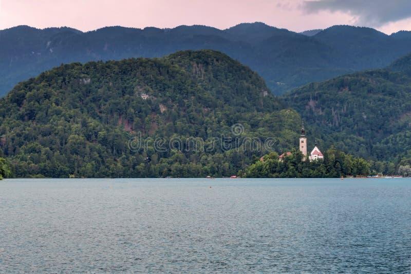 Coucher du soleil au-dessus d'île saignée et de lac saignés, Slovénie photo stock