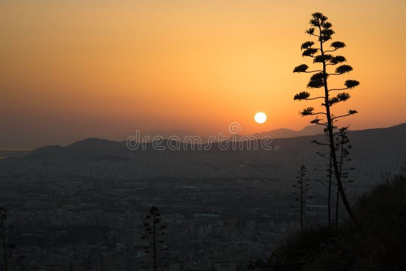 Coucher du soleil au-dessus d'Athènes en Grèce photo stock