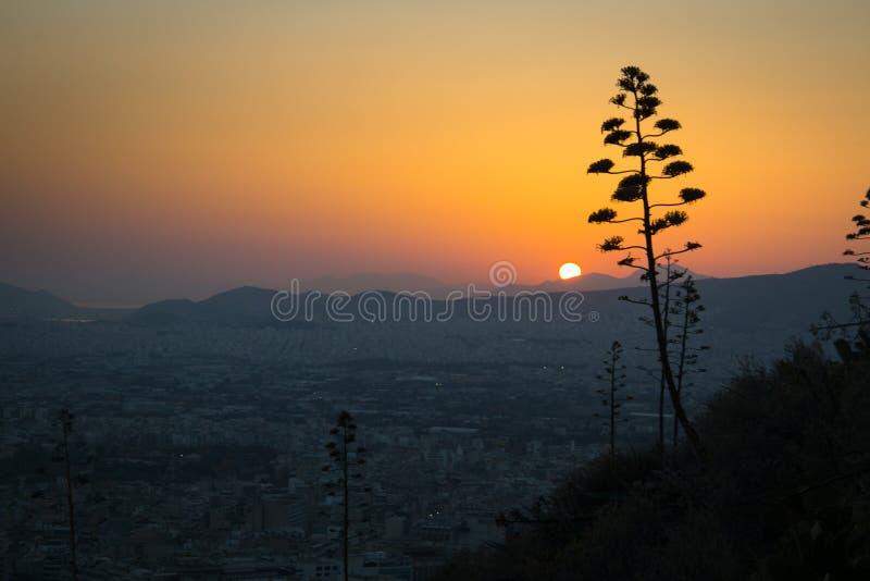 Coucher du soleil au-dessus d'Athènes en Grèce image libre de droits