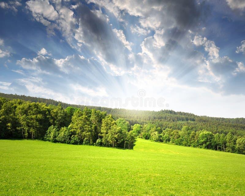 Coucher du soleil au-dessus d'horizontal dans Sumava photographie stock libre de droits