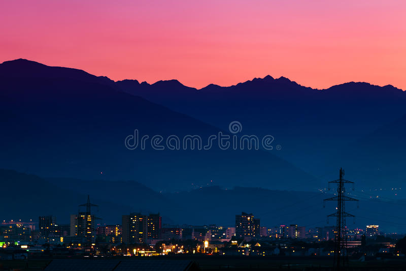 Coucher du soleil au-dessus d'Innsbruck image libre de droits
