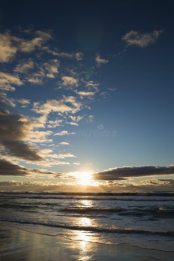 Coucher du soleil au-dessus d'océan. photo libre de droits