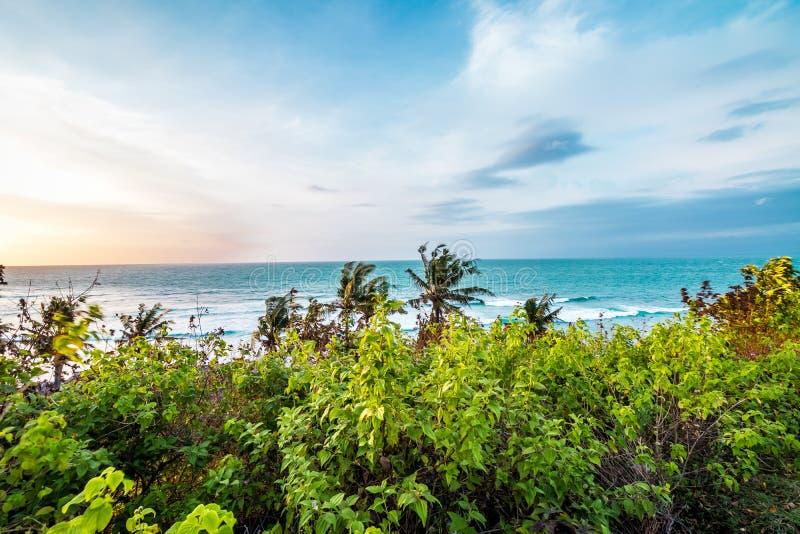 Coucher du soleil au-dessus d'océan, composition en nature Belle vue tropicale ville courante de coucher du soleil de forme de be photographie stock libre de droits