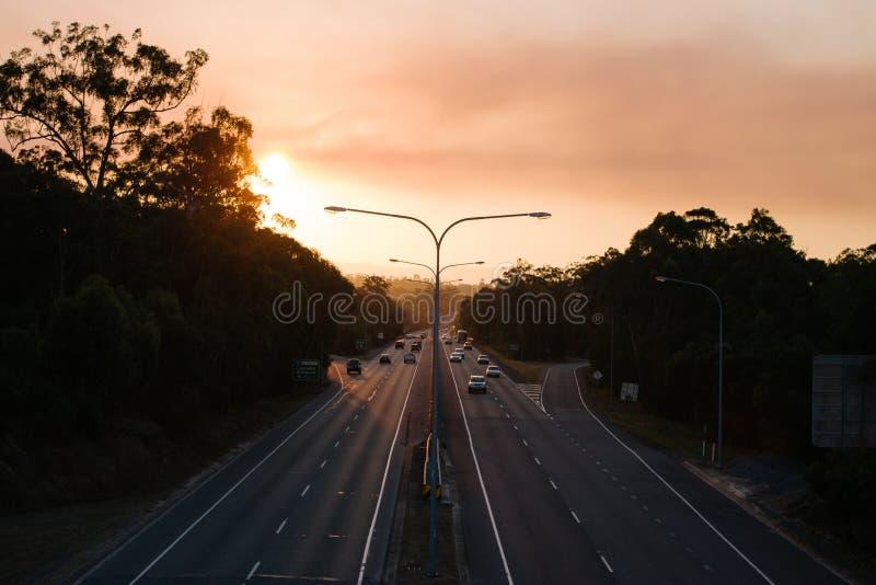 Coucher du soleil au-dessus d'omnibus images libres de droits