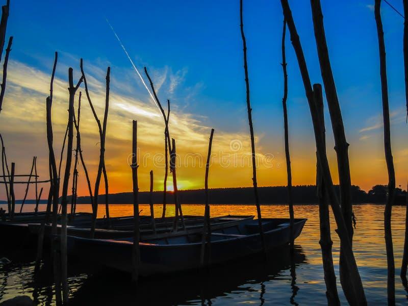 Coucher du soleil au-dessus d'un fleuve images libres de droits