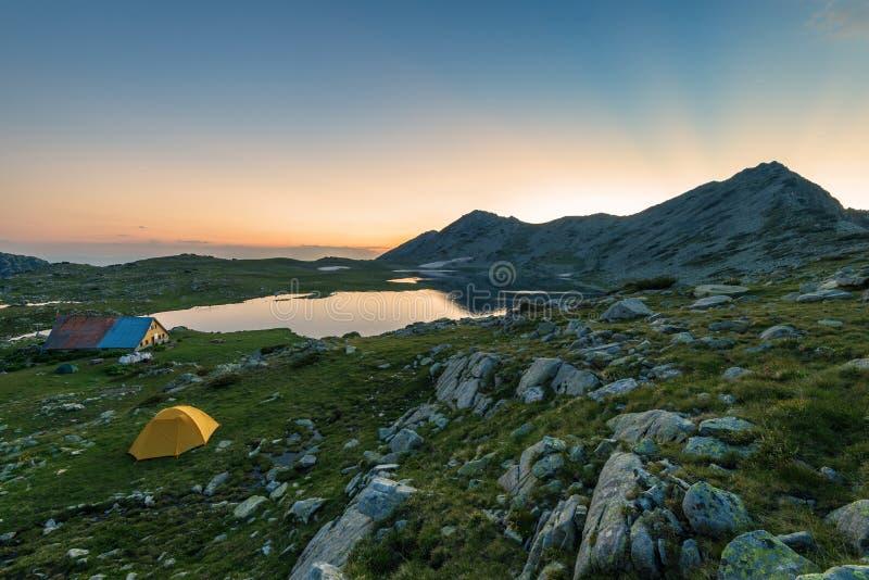 Coucher du soleil au-dessus d'un lac Tevno en Bulgarie photos stock