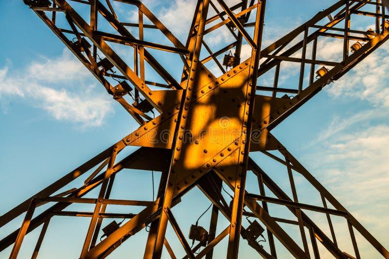 Coucher du soleil au-dessus d'une croix en métal sur Tour Eiffel avec le ciel bleu photographie stock