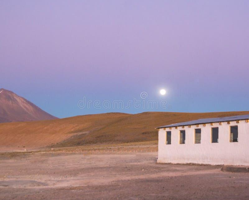 Coucher du soleil au-dessus d'une maison dans la gamme de montagne bolivienne photos stock