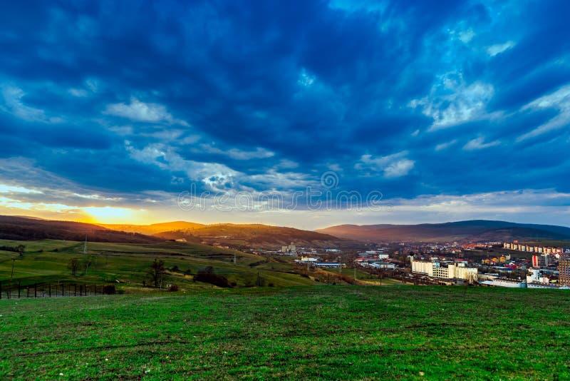 Coucher du soleil au-dessus d'une petite ville photos libres de droits