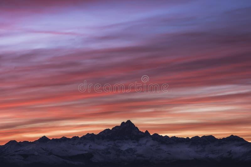 Coucher du soleil au-dessus de bâti Monviso image libre de droits