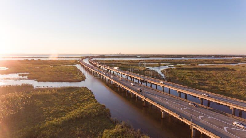 Coucher du soleil au-dessus de baie mobile et de pont 10 d'un état à un autre photo libre de droits