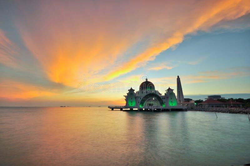 Coucher du soleil au-dessus de belle mosquée image stock