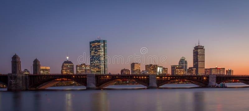 Coucher du soleil au-dessus de Boston avec le pont de Longfellow photographie stock libre de droits