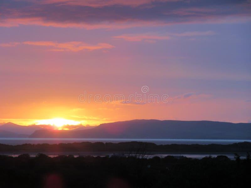 Coucher du soleil au-dessus de brin de Rossbeigh, Irlande photos libres de droits