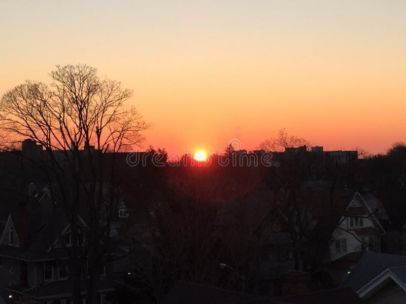 Coucher du soleil au-dessus de Brooklyn, NY de la terrasse photo stock