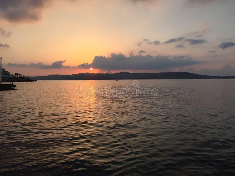 Coucher du soleil au-dessus de Bugiba Malte photos stock