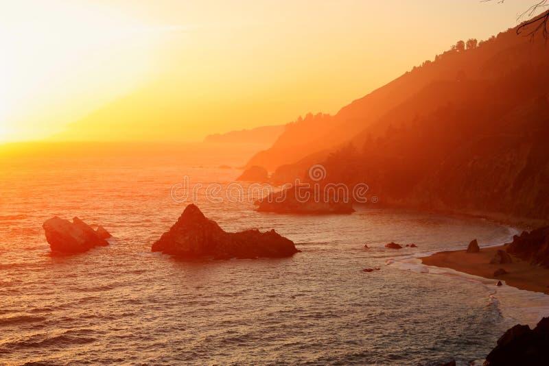Coucher du soleil au-dessus de côte de Big Sur, Julia Pfeiffer-Burns State Park, la Californie photos stock