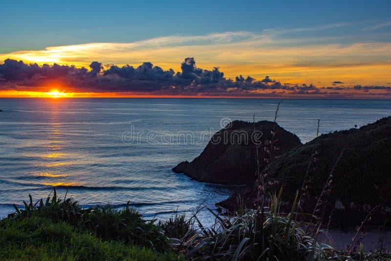 Coucher du soleil au-dessus de côte de Taranaki, nouveau Plymouth, Nouvelle-Zélande image stock