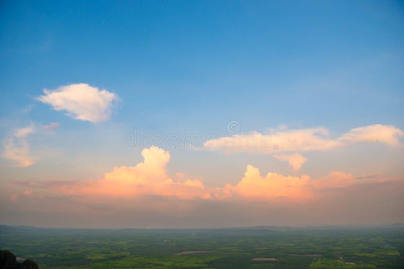 Coucher du soleil au-dessus de campagne verte image libre de droits