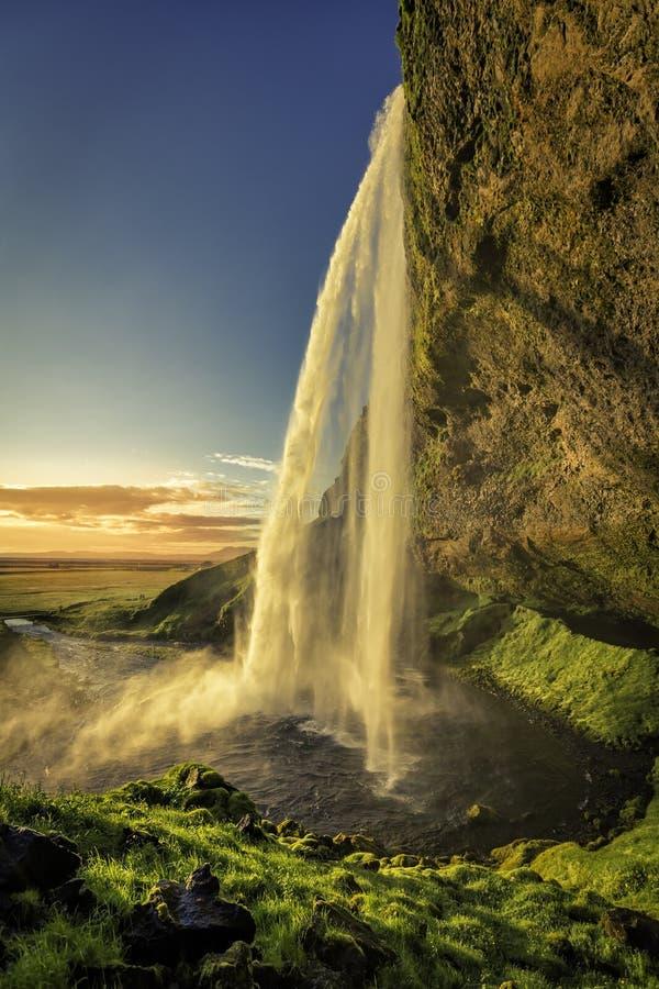 Coucher du soleil au-dessus de cascade de Seljalandsfoss en Islande images libres de droits
