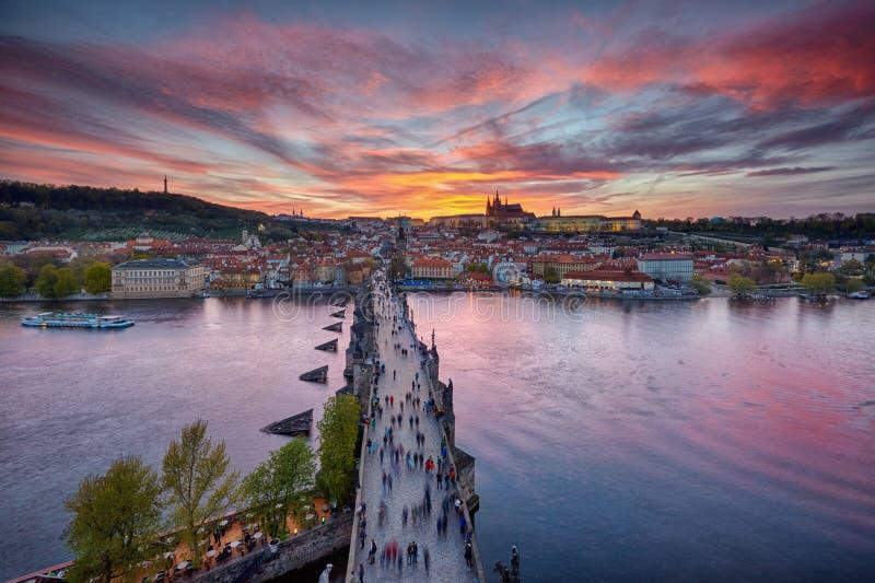 Coucher du soleil au-dessus de château de Charles Bridge et de Prague photographie stock libre de droits