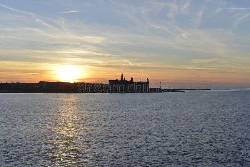 Coucher du soleil au-dessus de château de Kronborg photo libre de droits
