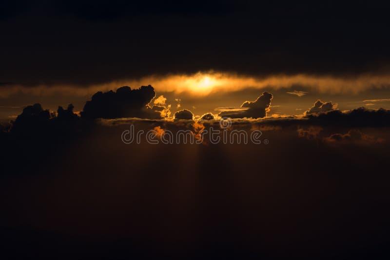 Coucher du soleil au-dessus de ciel foncé d'or photographie stock