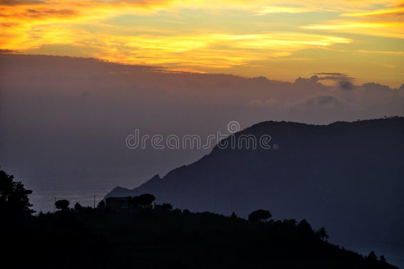 Coucher du soleil au-dessus de Cinque Terre, Italie images libres de droits