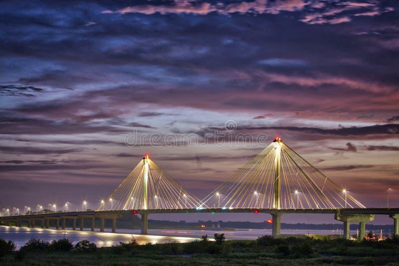 Coucher du soleil au-dessus de Clark Bridge sur le fleuve Mississippi Alton, IL images stock