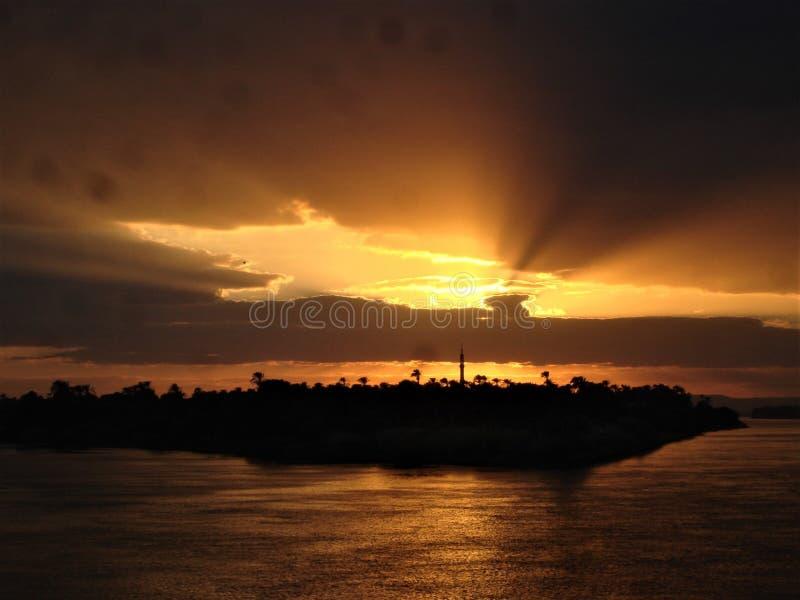 Coucher du soleil au-dessus de croisière de l'Egypte le Nil photographie stock