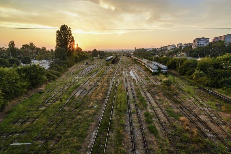 Coucher du soleil au-dessus de dépôt de train photographie stock libre de droits