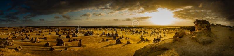 Coucher du soleil au-dessus de désert de sommets, Australie occidentale image libre de droits