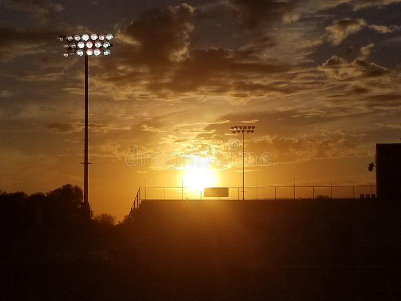 Coucher du soleil au-dessus de diamant de base-ball photographie stock