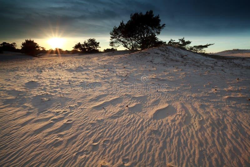 Coucher du soleil au-dessus de dune de sable photographie stock libre de droits