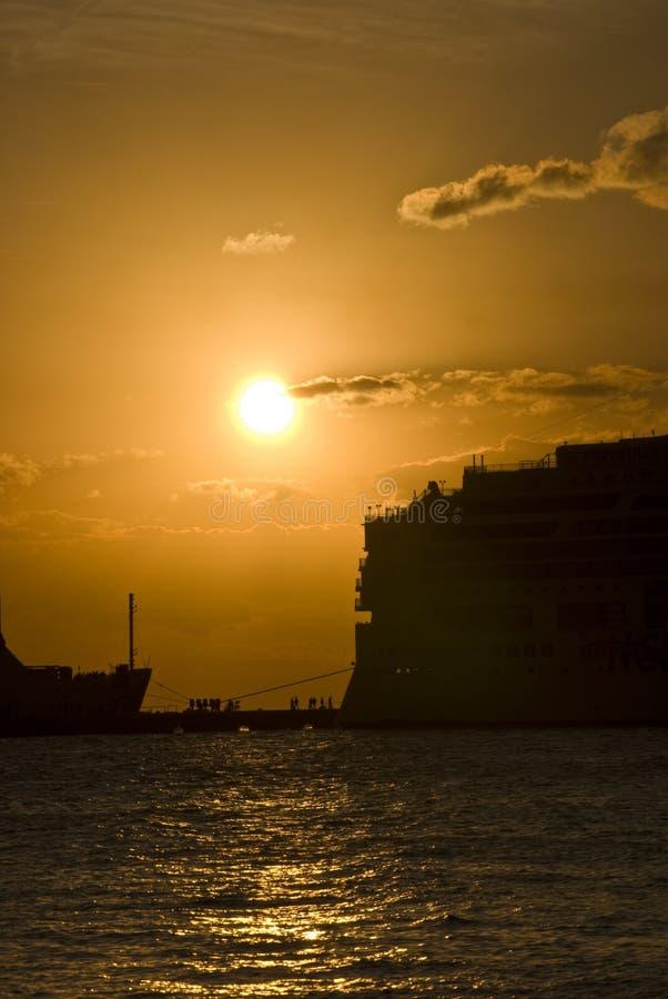 Coucher du soleil au-dessus de falaise de bord de la mer photos libres de droits