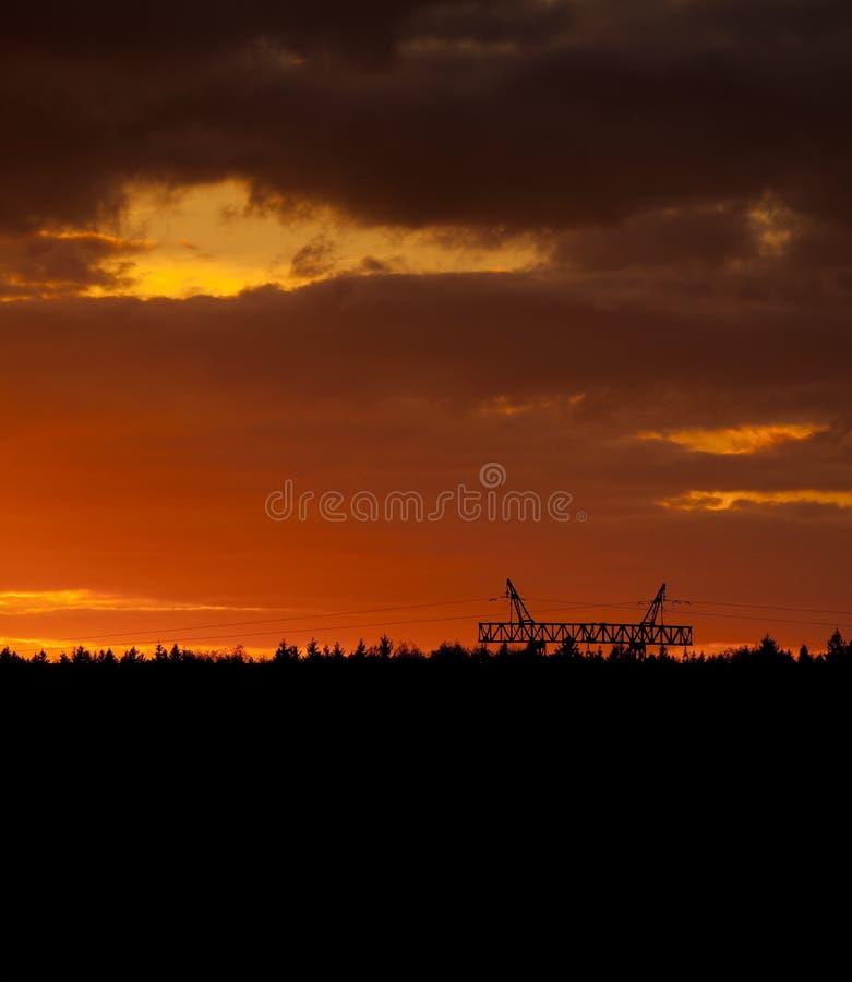 Coucher du soleil au-dessus de forêt images stock