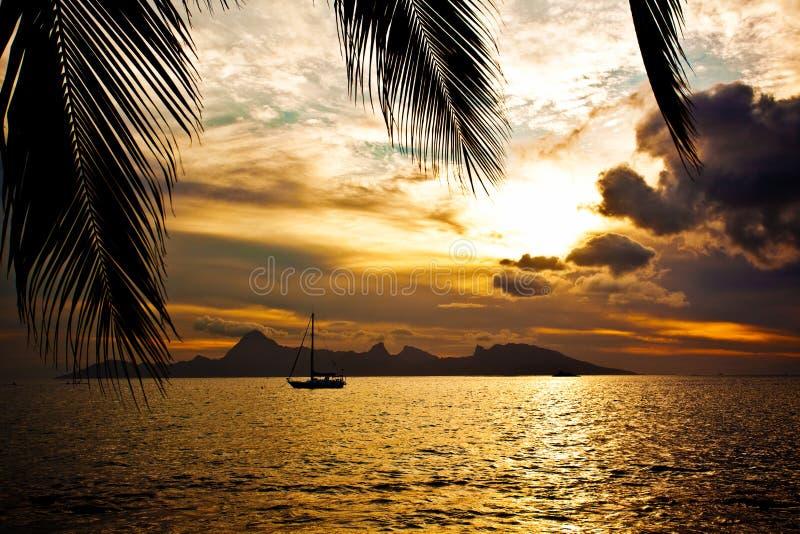 Coucher du soleil au-dessus de l'île de Moorea vue du Tahiti photos stock